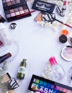 Flatlay de maquillage et produits pour le peau