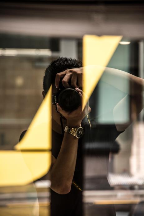 Photographe derrière une vitre